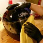8 Cara Membersihkan Helm